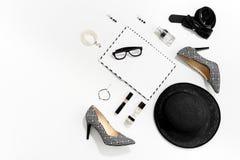 Kvinnakläder och tillbehör för svartvitt mode stilfull royaltyfri foto