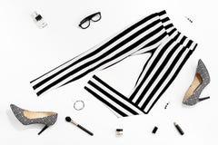 Kvinnakläder och tillbehör för svartvitt mode stilfull arkivbilder