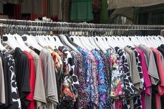 Kvinnakläder på hängare Arkivbild