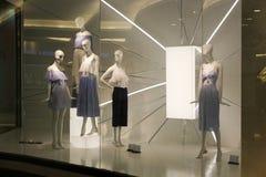 Kvinnakläder shoppar - den Dubai gallerian royaltyfri bild