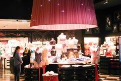 Kvinnakläder shoppar - den Dubai gallerian royaltyfria foton