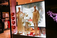 Kvinnakläder shoppar - den Dubai gallerian arkivbild
