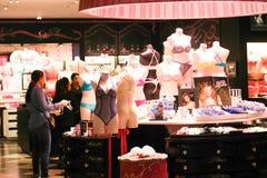 Kvinnakläder shoppar - den Dubai gallerian royaltyfria bilder