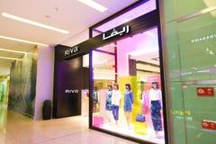 Kvinnakläder shoppar - den Dubai gallerian royaltyfri foto