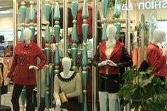 Kvinnaklädlagret i tescomarknad arkivbild