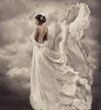 Kvinnaklänning, konstnärlig vit blåsa kappa, vinkande a Arkivfoton