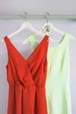 Kvinnaklänningar Arkivbild