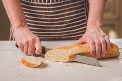 Kvinnaklippbröd på träbräde bagare Brödproduktion Royaltyfri Bild