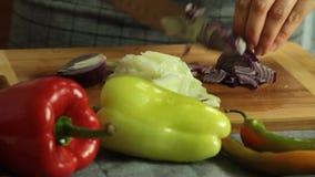 Kvinnaklippgrönsaker, medan laga mat sötpotatisquesadillaen stock video
