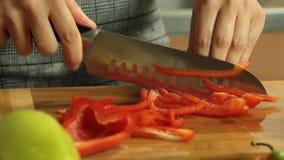 Kvinnaklippgrönsaker och laga mat sötpotatisquesadillaen arkivfilmer