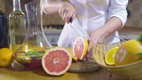Kvinnaklippskivor av grapefruktultrarapid lager videofilmer