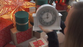 Kvinnaklocka 10 minuter till det nya året arkivfilmer