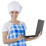 Kvinnakock med bärbara datorn Arkivbild