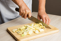 Kvinnakocken förbereder gula bönor Royaltyfri Bild