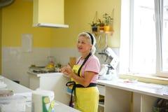 Kvinnakockkocken talar om matlagning i kök av matlagningskolan royaltyfria bilder