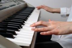 Kvinnakompositören komponerar en melodi på en synth Royaltyfria Foton