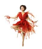 Kvinnakonstnär Dancing i den röda klänningen, tåspetsarnadans för modern balett Royaltyfri Fotografi