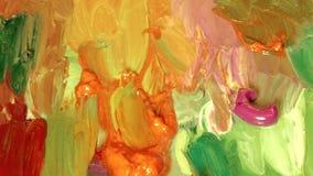 Kvinnakonstnär som blandar olika färger för olje- målarfärg på en palett stock video