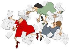 Kvinnakontorsarbetare som halkar, snubblar och faller Arkivfoton