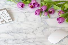 Kvinnakontorsskrivbord med blomningblommor Royaltyfri Foto