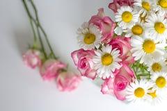 Kvinnakontorsskrivbord med blomningblommor Royaltyfri Bild
