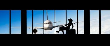 Kvinnakontur på flygplatsen - begrepp av loppet Arkivfoto