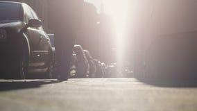 Kvinnakontur som promenerar gatan med parkerade bilar som går att arbeta i morgon arkivfilmer