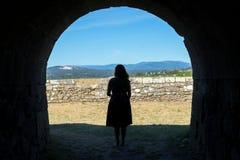 Kvinnakonturn på ett forntida stenar tunnelen royaltyfri bild