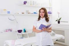 Kvinnakosmetologdoktor på arbete i brunnsortmitt royaltyfria foton