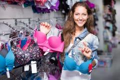 Kvinnaköpandebysthållare Fotografering för Bildbyråer