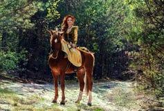 Kvinnakrigare som beväpnas med en pilbåge på hästrygg royaltyfria bilder