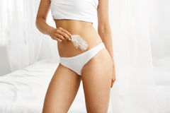 Kvinnakroppomsorg Closeup av kvinnliga höfter i vit bikiniunderbyxor Arkivbild