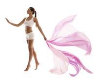Kvinnakroppskönhet i den vita underkläderna för sport med vinkande tyg Royaltyfria Foton
