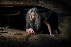 Kvinnakrypning i övergiven byggnad Royaltyfria Foton