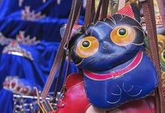 Kvinnaläderpåse i form av en katt Handväska i form av en kattunge royaltyfria bilder