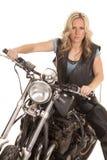 Kvinnalädervästen sitter på den allvarliga motorcykelblicken Royaltyfri Bild