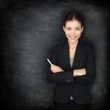 Kvinnalärare eller affärskvinna på svart tavla arkivfoto