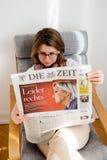 Kvinnaläsning dör Zeit med Marine Le Pen på räkningen Royaltyfria Foton