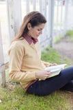 Kvinnaläsning en boka Royaltyfria Bilder