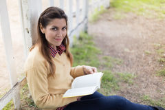 Kvinnaläsning en boka Fotografering för Bildbyråer