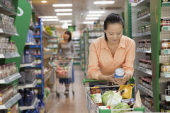 Kvinnaläsning kan i supermarket, Peking royaltyfri fotografi