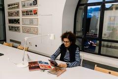 Kvinnaläsning på coworking i Centro Cibeles i den nya staden Hal Arkivbild