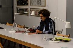 Kvinnaläsning på coworking i Centro Cibeles i den nya staden Hal Fotografering för Bildbyråer