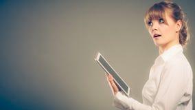 Kvinnaläsning som lär med ebook Utbildning Royaltyfria Foton