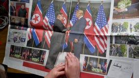 Kvinnaläsning som ser fotografier med Kim och trumf stock video