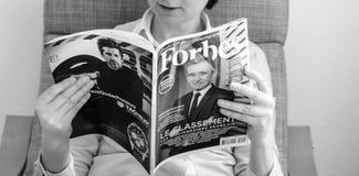 KvinnaläsningForbes France miljardärer listar utbildning royaltyfri bild