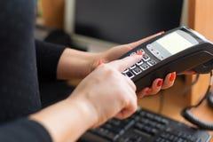 Kvinnalön vid kreditkorten Fotografering för Bildbyråer