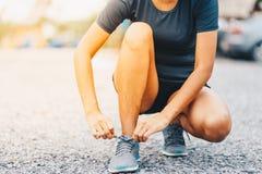 kvinnalöpare som binder skosnöre Sportlivsstil Arkivbilder