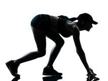 Kvinnalöparejogger på det startande blocket Arkivfoton