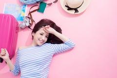 Kvinnaleende lyckligt på golv fotografering för bildbyråer
